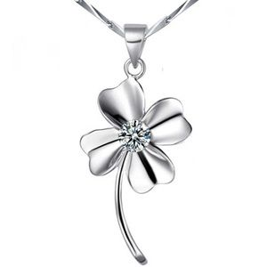 ⭐️NEW⭐️Elegant Necklace w/Gorgeous Clover Pendant